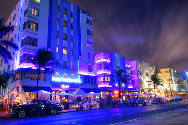 Ocean Drive durante la noche en Miami